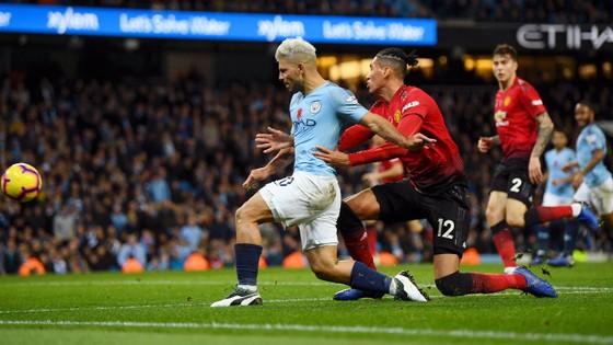 Trung vệ Smaling (Man United) cản phá tiền đạo Sergio Aguero (Man City)