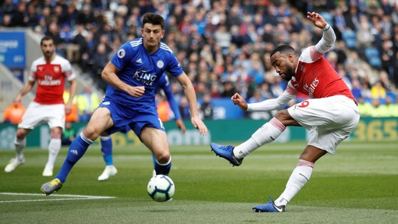 Tiền đạo Lacazette (phải,m Arsenal) tung cú sút trong khu cấm