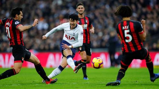 Son Heung-min sút bóng trước các hậu vệ Bournemouth