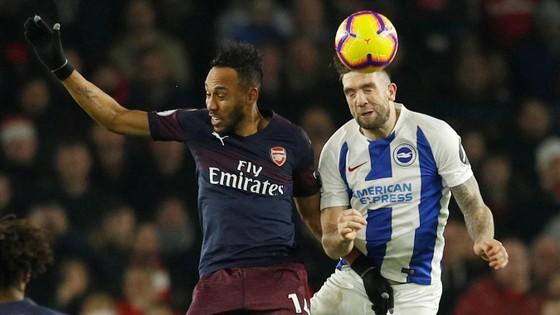 Aubameyang *trái, Arsenal) trong pha khôngh chiến với Brighton.