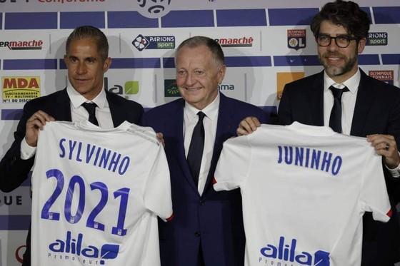 Đưa Juninho và Sylvinho trở lại, Lyon quyết bám đuổi PSG
