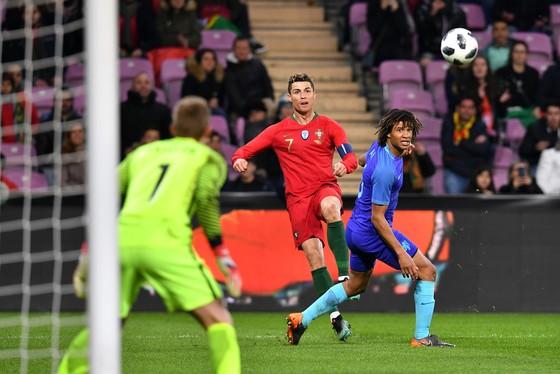 Ronaldo bất lực trước hàng thủ Hà Lan