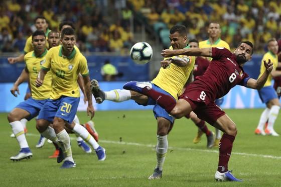 Dani Alves tung cú sút trước klhung thành Venezuela
