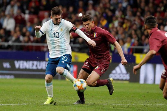 Leo Messi đi bóng qua hậu vệ Venezuela.
