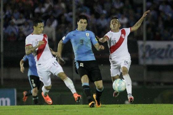 Luis Suasrez khó vượt qua hàng thủ Peru