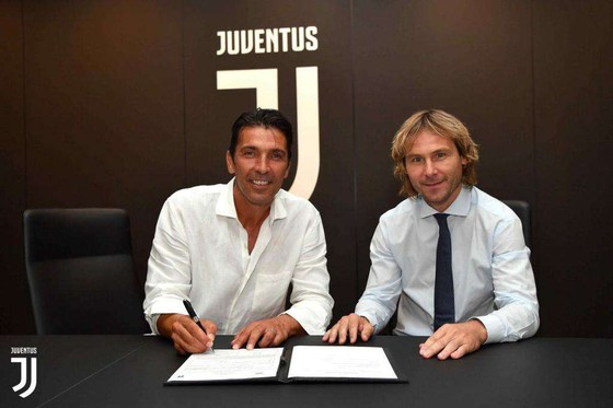 Gigi Buffon ký hợp đồng với Giám đốc Pavel Nedved.