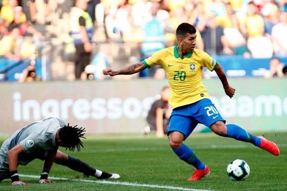 Roberto Firmino tận dụng sai lầm của thủ thành Gallese.