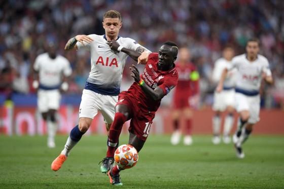 Kieran Trippier (trái, Tottenham) tranh bóng với Sadio Mane (Liverpool)