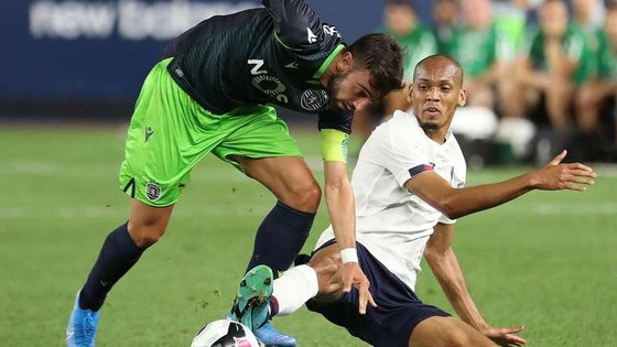 Fabiano (phải, Liverpool) vất vả cản phá Bruno Fernandez.