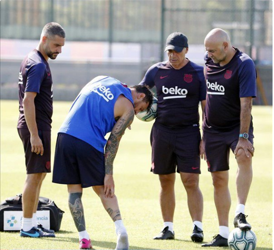 Messi trình bay chấn thương với các bác sỉ của CLB.