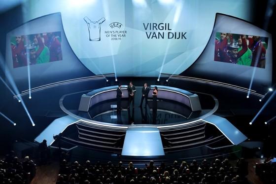 Barca, Dortmund, Inter vào bảng tử thần, Van Dijk giành 2 giải thưởng ảnh 4