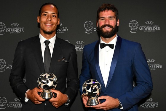 Van Dijk và Alisson mang danh hiệu về cho Liverpool