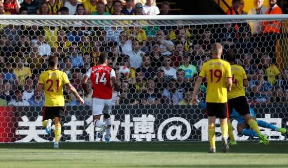 Watford - Arsenal 2-2: Auba ghi cú đúp, Sokratis, Luiz tặng quà Flores ảnh 6