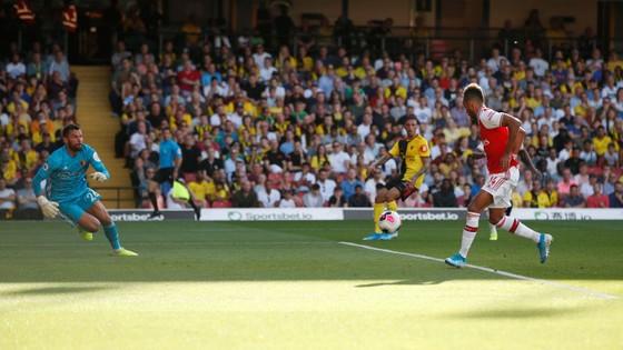 Watford - Arsenal 2-2: Auba ghi cú đúp, Sokratis, Luiz tặng quà Flores ảnh 5