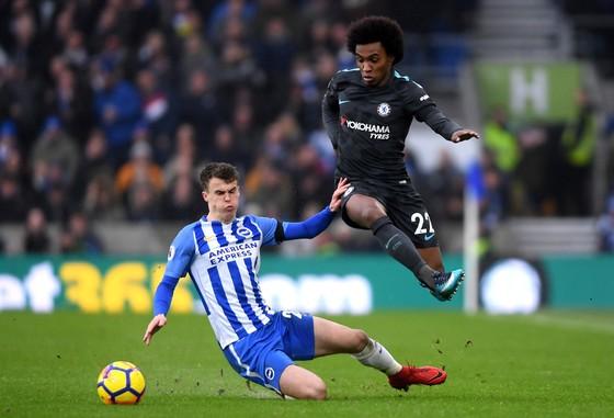Willian đột phá qua hậu vệ Brighton