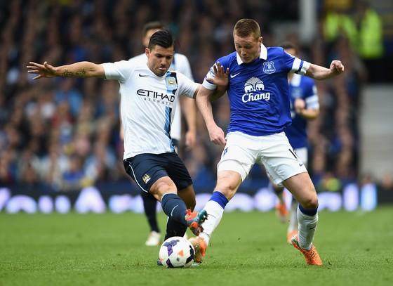 Sergio Aguero tranh bóng với hậu vệ Everton.