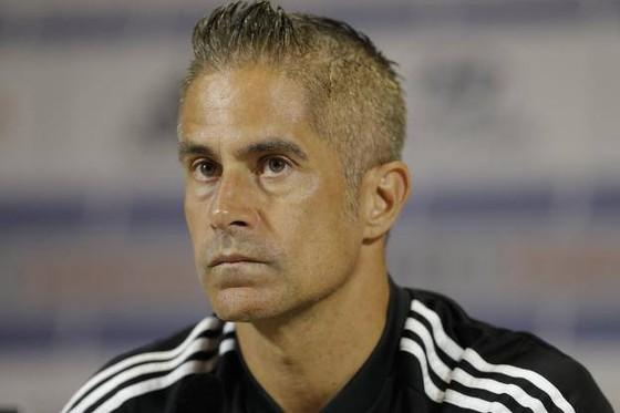 Aulas gây áp lực với Juninho, Sylvinho thừa nhận lo lắng