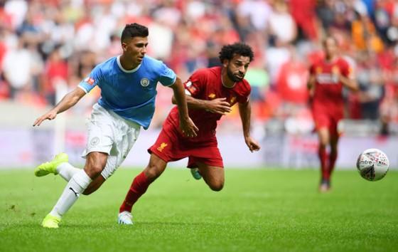 Rodri tranh bóng với Salah
