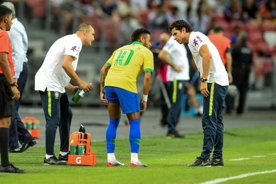 Neymar dính chấn tbui7ng ở Singapore