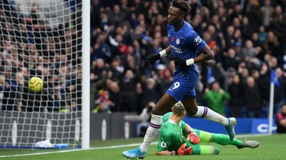 Thắng dễ Crystal Palace 2-0, Chelsea vươn lên nhì bảng