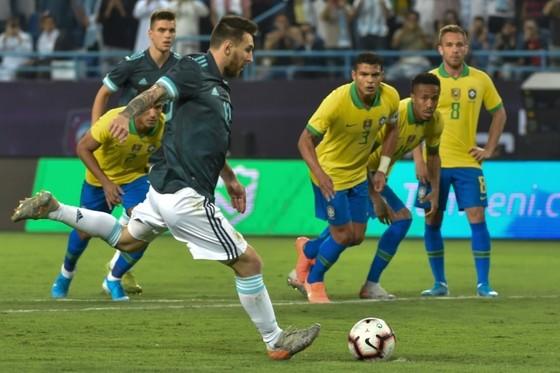 """Messi cũng đá phạt đền theo kiểu """"nhảy cóc"""" như Jorginho."""