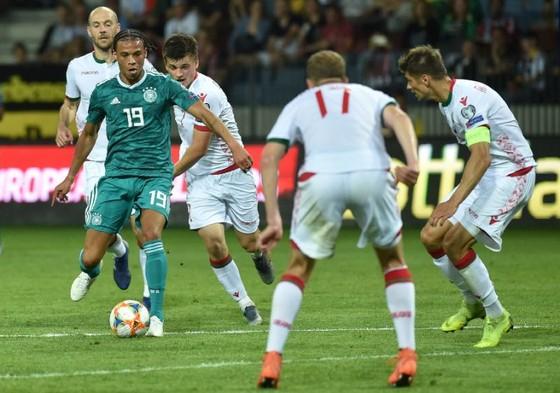 Leroy Sane đi bóng trước hàng thủ Belarus