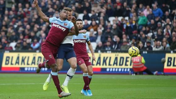 West Ham - Tottenham 2-3: Gà trống lột xác dưới tay Mourinho ảnh 8