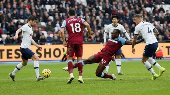 West Ham - Tottenham 2-3: Gà trống lột xác dưới tay Mourinho ảnh 9