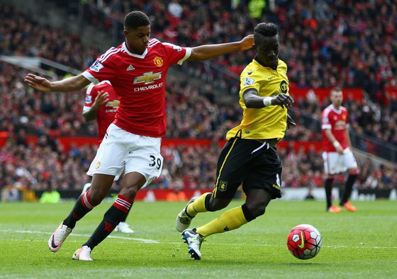 Marcus Rashford tranh bóng với hậu vệ Aston Villa
