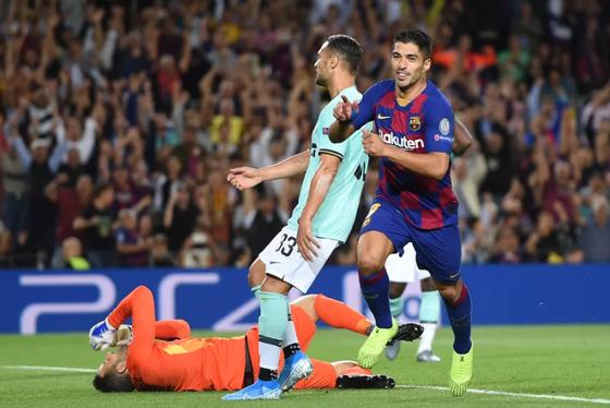 Luis Suarez ghi bàn vào lưới Inter ở lượt đi
