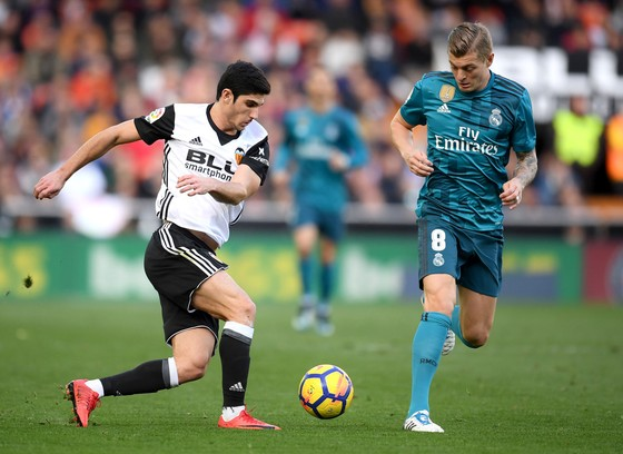 Goncalo Guedes (Valencia) đi bóng qua Toni Kroos (Real Madrid)
