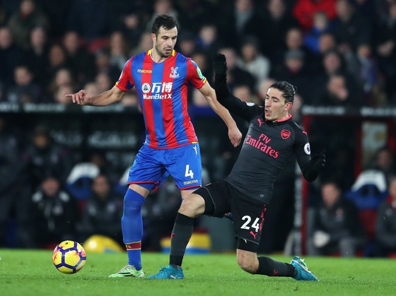 Hector Bellerin (phải, Arsenal) tranh bóng với Luka Milivojevic (Palace)