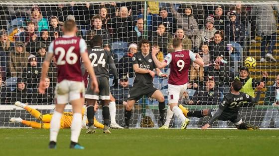 Burnley - Leicester City 2-1: Jamie Vardy sút hỏng phạt đền, Bầy cáo thua ngược ảnh 7