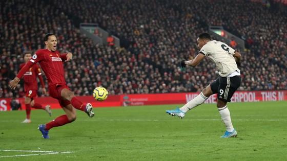 Liverpool - Man United 2-0: Van Dijk, Salah nhấn chìm Quỷ đỏ ảnh 6