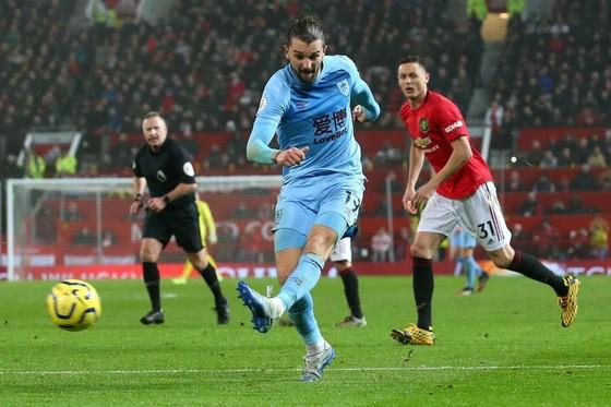 Jay Rodriguez ghi bàn ấn định chiến thắng trước Man United.