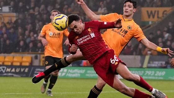 Kết quả và xếp hạng vòng 24: Thắng Wolves, Liverpool bứt xa 16 điểm