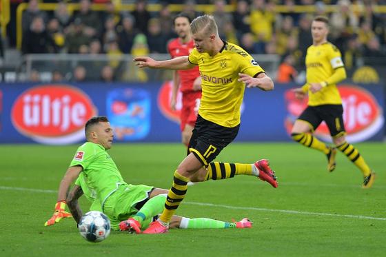 """Erling Haaland làm """"đông lạnh"""" thủ môn Bundesliga"""