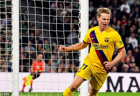 De Jong (Barcelona) mừng bàn thắng