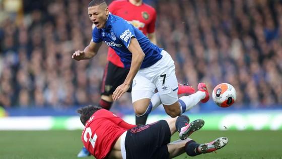 Richarlison bị hậu vệ Man United cản ngã