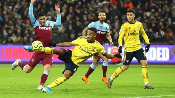 Aubameyang ghi bàn vào lưới West Ham