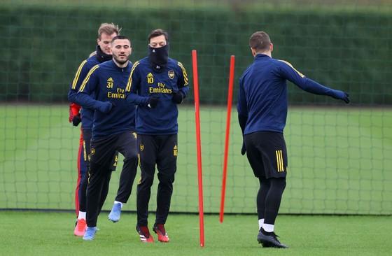 Man United ấn định ngày trở lại tập luyện, Arsenal lùi lịch vô thời hạn ảnh 1
