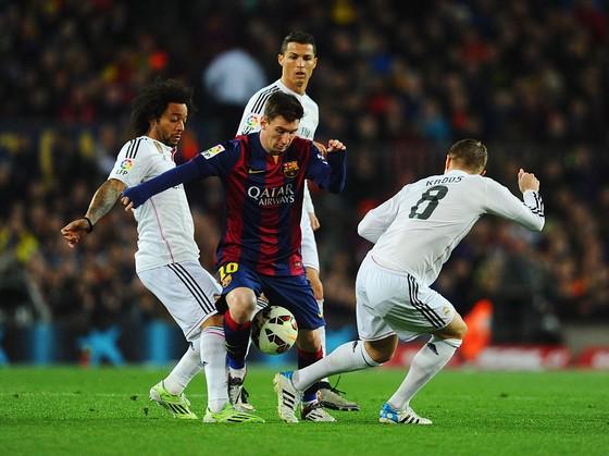 Marcelo (trái) nếm trải nhiều cay đắng khi đối đầu Messi