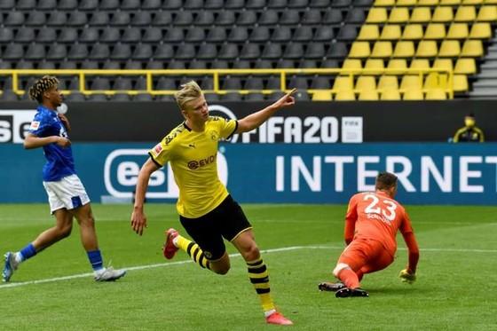 Haaland ăn mừng bàn thắng vào lưới Schalke