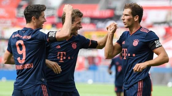 Các cầu thủ Bayern ăn mừng bàn thắng