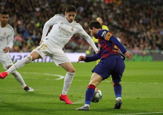 Real đòi đá trước, trong lúc Barca lại muốn đá sau