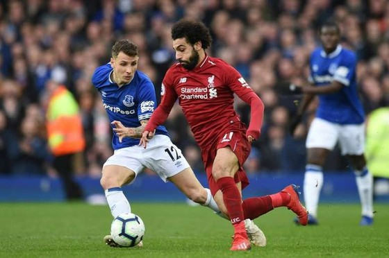 Mo Salah đi bóng trước hàng thủ Everton