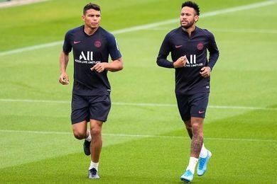 Neymar và Thiago Silva (trái)