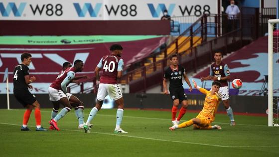 Thắng ngược Aston Villa, Chelsea bỏ xa Man United ảnh 1