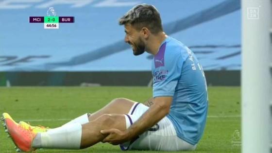 Aguero sang Barcelona phẫu thuật đầu gối, Pep lo mùa giải của anh đã kết thúc ảnh 1