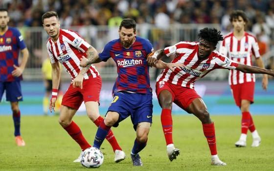 Lionel Messi (Barcelona) đối mặt với thách thức từ chủ nhà Atletico
